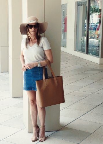 everlane t-shirt and day tote luxymom