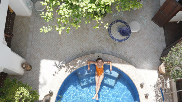 LUXYMOM® Header ReLaunch - Woman Lounging in Pool