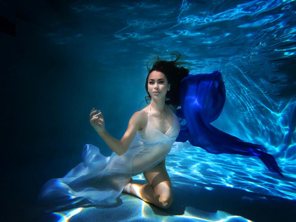 Monique Evans - Underwater Ballet